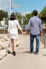 verliebtes paar geht hand in hand