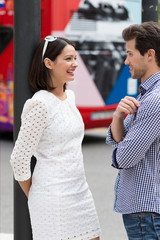 verliebtes junges paar in der stadt