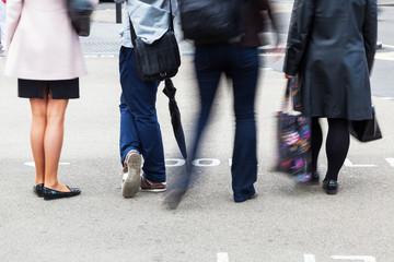 Menschen wollen die Straße überqueren