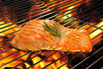 Fototapete - Grilled salmon on the flaming grill.