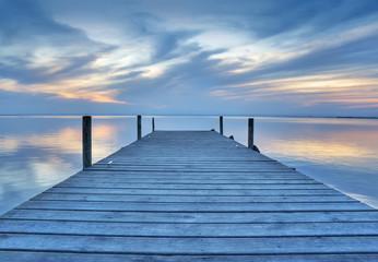 paisaje de un embarcadero de madera en el lago