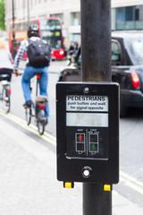 Drucktaste mit Bedienungsanleitung an Fußgängerampel in London