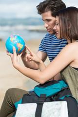 junge leute mit globus und rucksack