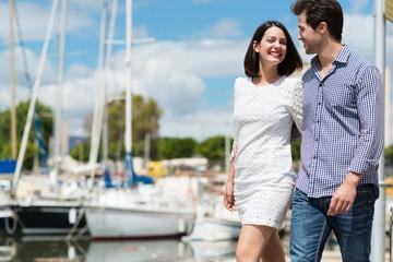 glückliches paar macht einen spaziergang am hafen