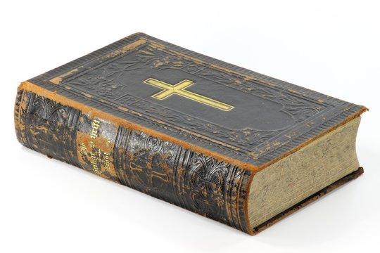 alte Bibel isoliert auf weißem Hintergrund