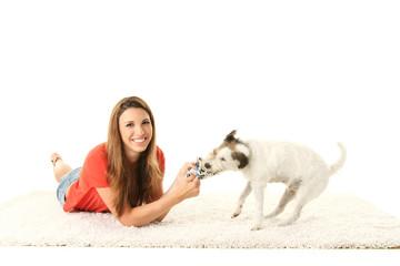 junges Mädchen spielt mit ihrem Hund