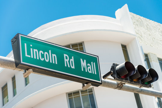 Street sign marking directions to Lincoln Road, Miami