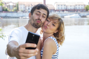 Liebespaar macht Selfie mit dem Handy
