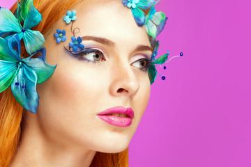 Девушка с декоративными бабочками