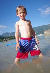 enfant à la plage - aiguebelette