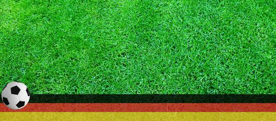 fussballrasen mit ball und deutschlandflagge