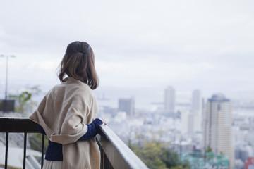 展望台から神戸の景色を望む女性