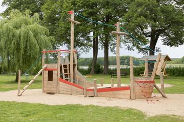 Holzboot als Klettergerüst auf dem Spielplatz