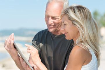 paar benutzt tablet-pc auf der reise
