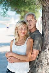 romantisches älteres paar genießt die zeit am meer