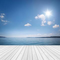 Fototapete - Landschaft mit Holz und See / Meer im Hintergrund