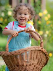 Bimbo in giardino con un cestino