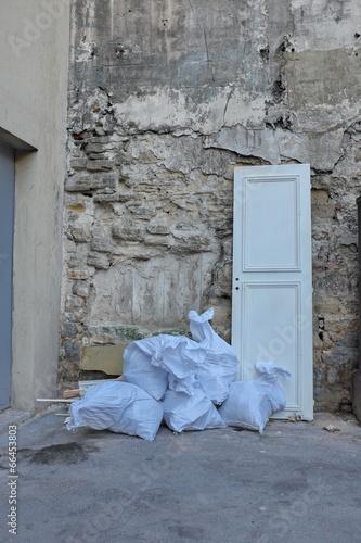 encombrants porte et sacs de gravats jet s dans la rue stock photo and royalty free images. Black Bedroom Furniture Sets. Home Design Ideas
