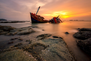 Photo sur Toile Naufrage Fishing boat beached with sunset view