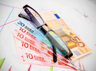Glasses for euro banknotes on graphs.