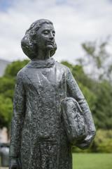 Aluminium Prints Historic monument Statue der Anne Frank vor dem Wohnhaus in Amsterdam, Niederlande