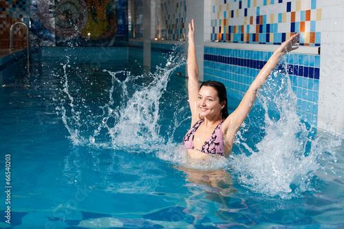 Смотреть девушка в бассейне
