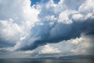 Gewitter am Meer: gigantische Horror Wolken am Himmel