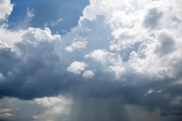 Dicke Regen Wolken am Himmel bei einem Gewitter