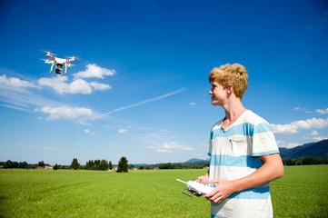 Teenager mit ferngesteuertem Quadrocopter