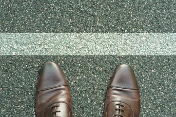 concept pied sur la route et ligne blanche