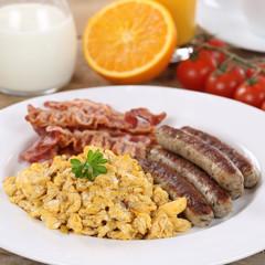 Essen mit Ei, Würstchen, Orange und Speck