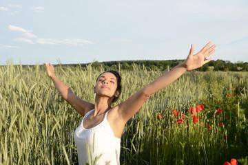junge Frau fühlt sich frei