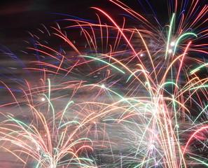 kolorowe i fantazyjne fajerwerki na niebie