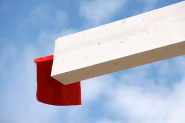 Rote Fahne am Balken zur Transportsicherung