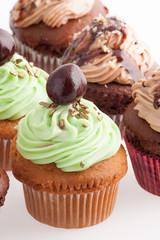 Insieme di cupcake isolati su sfondo bianco
