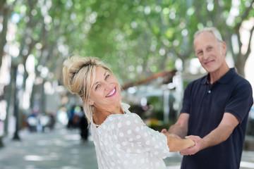 glückliches seniorenpaar hält sich an den händen