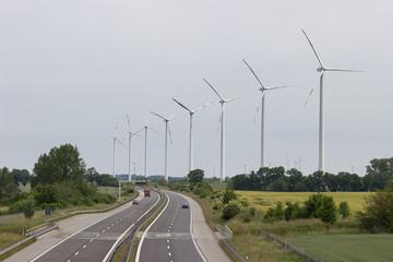 Windräder an der Autobahn