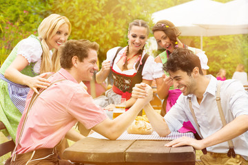 Gruppe in Trachten feiert im Biergarten