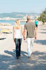 paar spaziert an der strand-promenade entlang
