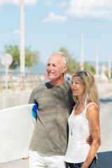 aktives seniorenpaar mit surfbrett