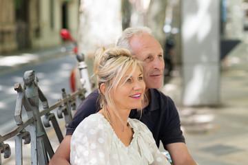 interessiertes älteres paar in der stadt