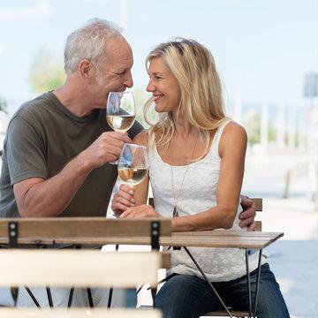 glückliches paar genießt ein glas wein im cafe