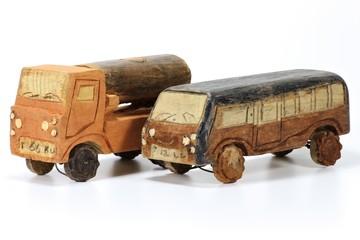 Holzautos aus Afrika isoliert auf weißem Hintergrund