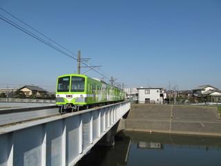 黄緑色の電車と鉄橋