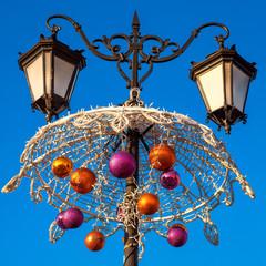 Новогодние украшения на фонарном столбе