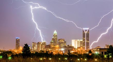 Fotomurales - thunderstorm lightning strikes over charlotte city skyline in no