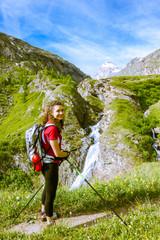 Ragazza in montagna con cascata