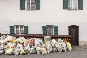 Müllsäcke gelber Sack vor dem Haus