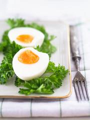 Hartgekochte Eier mit Petersilie auf einem Teller
