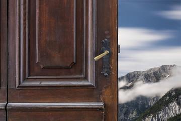 offene alte Tür © Matthias Buehner
